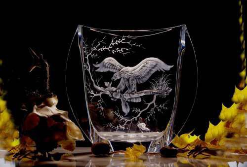 Rytá váza s orlem